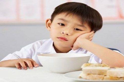 bé biếng ăn chậm tăng cân