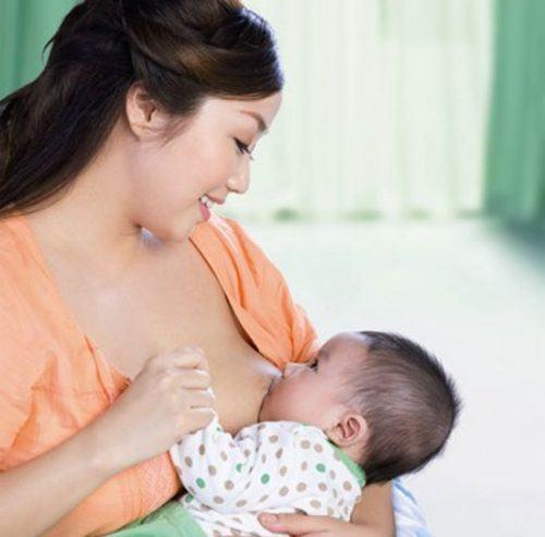 trẻ biếng ăn suy dinh dưỡng, cho bé bú sữa mẹ