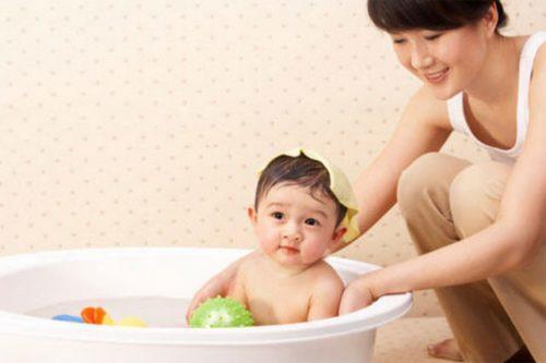 cách trị rôm sảy cho trẻ sơ sinh