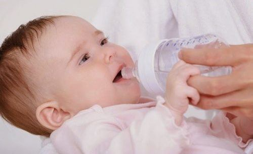 Cho trẻ uống thêm nước