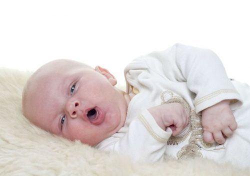 trẻ sơ sinh thở khò khè