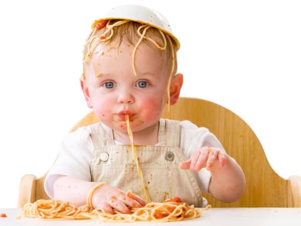 Trẻ quậy phá, ăn uống không đúng cách
