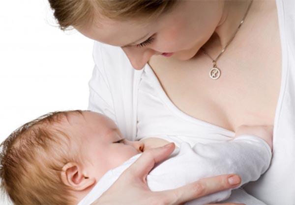 Với trẻ còn bú sữa mẹ, chế độ ăn của mẹ ảnh hưởng lớn đến tình trạng tiêu chảy của trẻ
