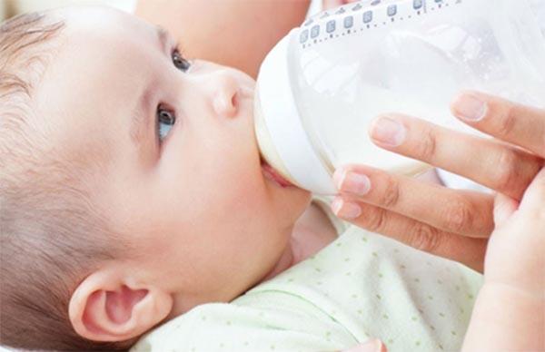 Khi bắt đầu dùng sữa công thức, trẻ sơ sinh cũng dễ bị tiêu chảy