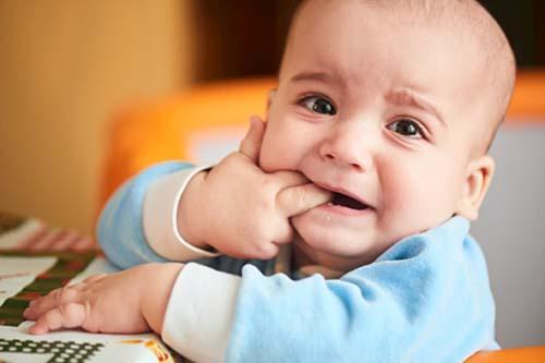 Cách phân biệt trẻ bị sốt khi mọc răng với sốt bệnh lý