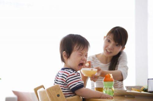 bé biếng ăn do ba mẹ ép