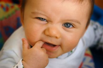 trẻ cắn tay khi mọc răng