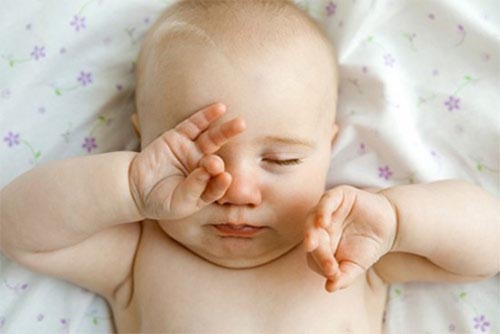 Trẻ bị đau mắt đỏ hay dụi mắt dễ khiến bệnh nặng hơn