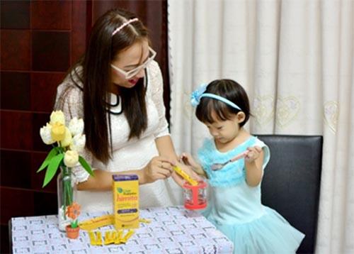 Trẻ sử dụng Himita để tăng cường sức đề kháng