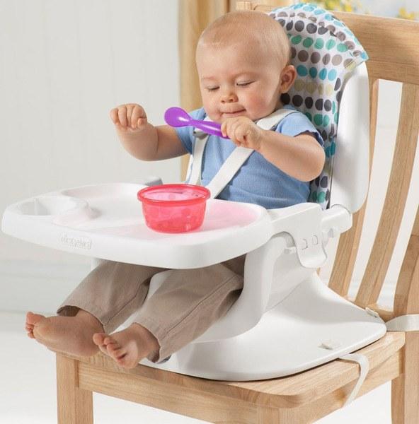 Con làm quen với việc ăn uống khi ngồi ghế ăn