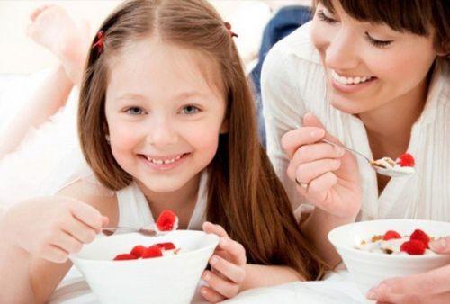 cho trẻ ăn sữa chua đúng cách