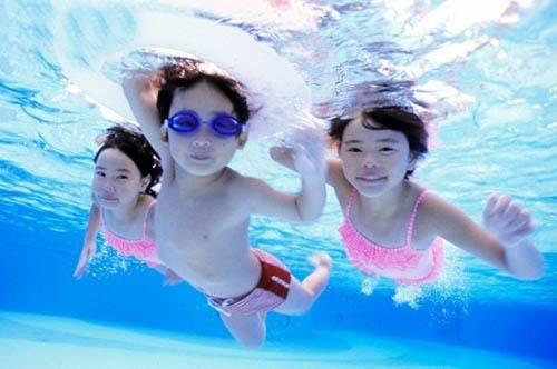 đi bơi và nguy cơ bị bệnh ở trẻ