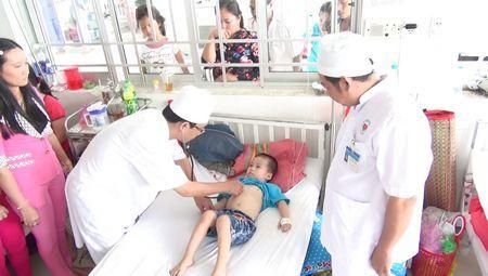 đưa trẻ đến bác sĩ khi ngộ độc thực phẩm