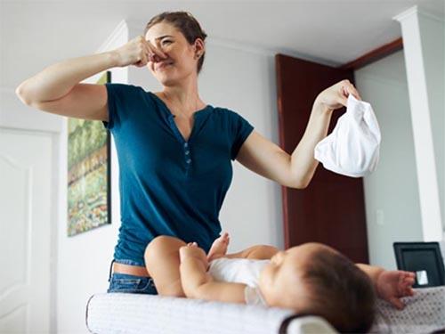 Lượng đường trong sữa mẹ cũng là nguyên nhân khiến phân trẻ sơ sinh có mùi chua