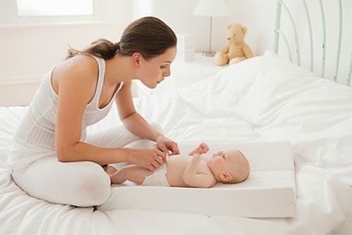 Phân trẻ sơ sinh có mùi chua là bất thường hay bình thường?