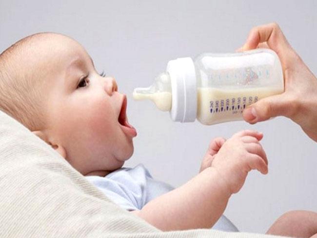trẻ uống sữa công thức