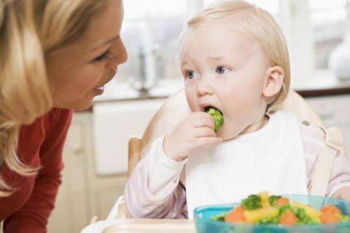 khắc phục chứng trẻ thích nhè thức ăn
