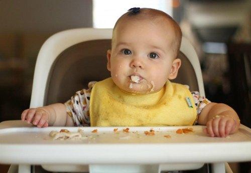 trẻ thích nhè thức ăn