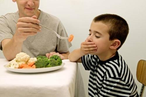 trẻ kén ăn rau xanh