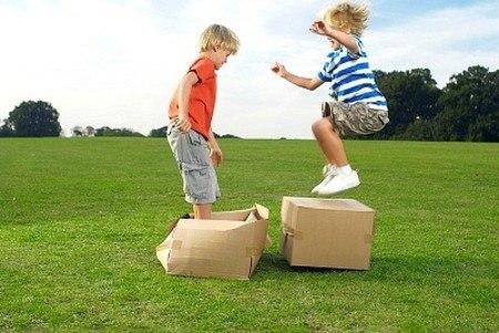 trẻ chơi đùa bên ngoài để tăng đề kháng
