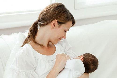 trẻ sơ sinh bú sữa mẹ chậm tăng cân