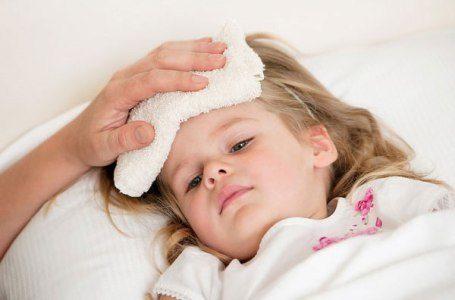 trẻ sốt vi rút