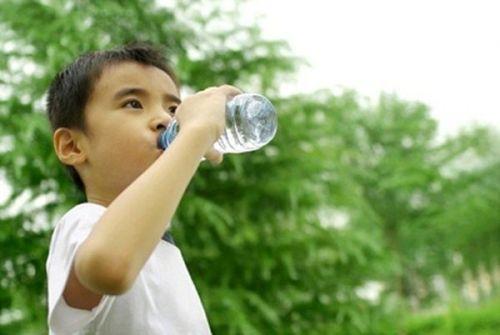 cho trẻ uống nhiều nước khi nắng nóng