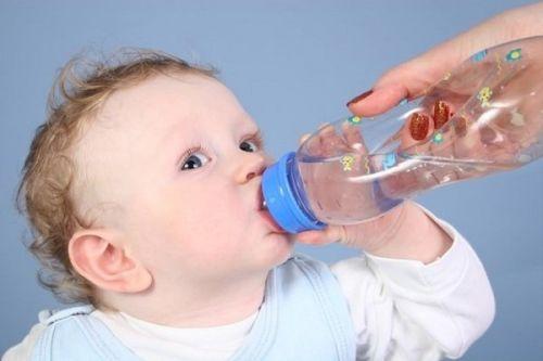 trẻ táo bón do uống ít nước