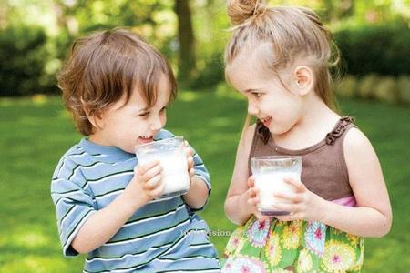 không uống sữa thay cho ăn sáng