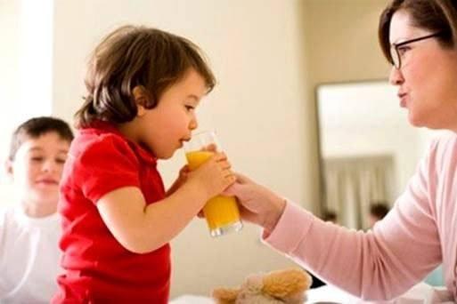 cho trẻ uống nước ép khi nắng nóng