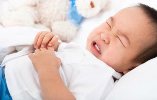 nên xử lý thế nào khi trẻ bị đầy bụng