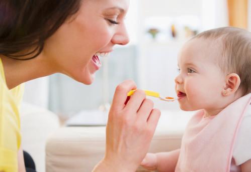 ăn dặm cho bé 4 tháng tuổi