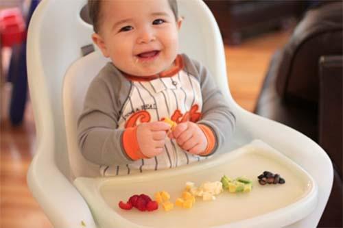 Hãy cho bé ngồi ghế ăn khi bắt đầu ăn dặm theo phương pháp BLW