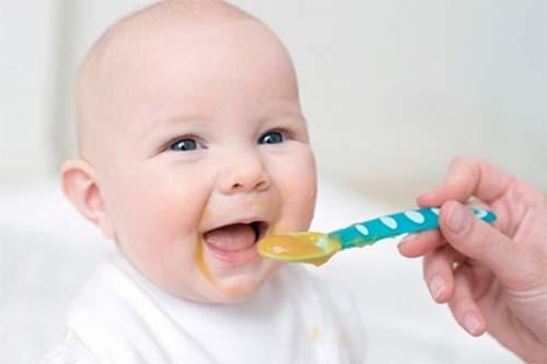 Các món ăn dặm cho bé 6 tháng tuổi cần có màu sắc bắt mắt