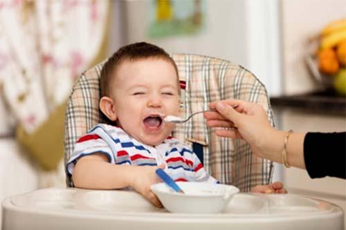 Giai đoạn từ 6 tháng tuổi là thời điểm lý tưởng để mẹ cho bé ăn dặm