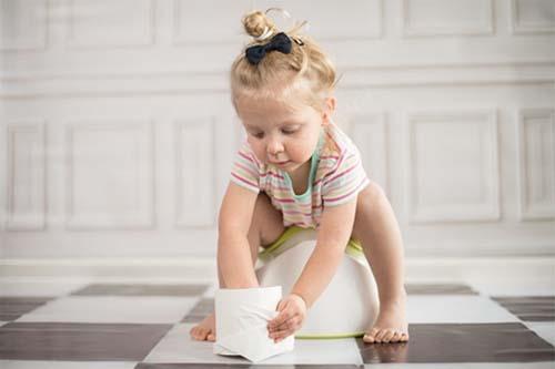 Thói quen đại tiện không đúng giờ có thể gây chứng táo bón ở trẻ nhỏ