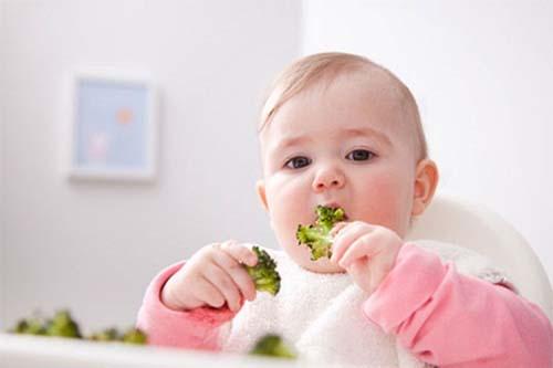 Cho trẻ ăn nhiều rau xanh để hạn chế chứng táo bón