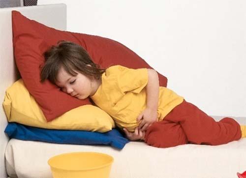 Trẻ bị tiêu chảy thường kèm theo triệu chứng đau bụng, nôn mửa