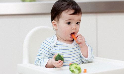 bé ăn rau củ quả