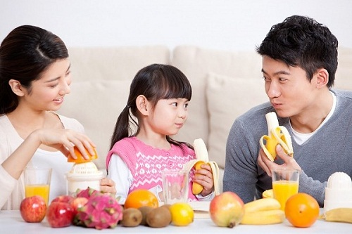 trẻ ăn hoa quả