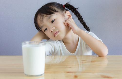 trẻ bị rối loạn tiêu hóa có nên uống sữa?