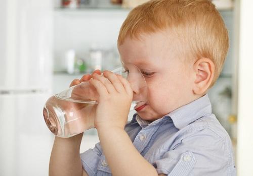 Bé bị táo bón lâu ngày nên uống nhiều nước