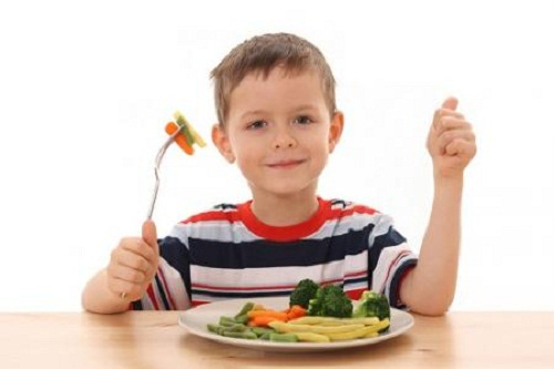 Cho trẻ ăn rau củ quả