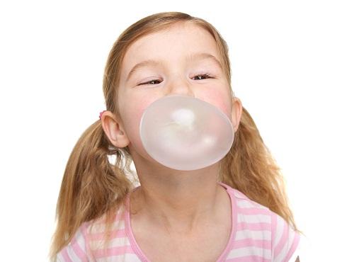 Nhai kẹo cao su cũng dễ gây đầy bụng
