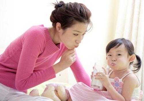 trẻ bị rối loạn tiêu hóa có nên uống sữa