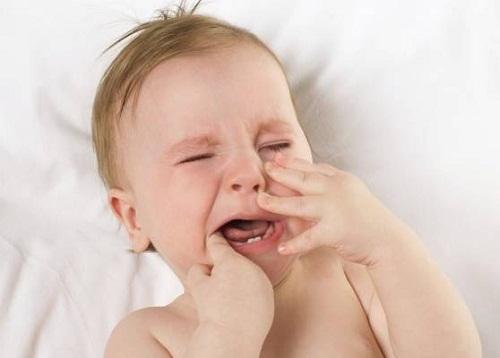 Trẻ mọc răng bị rối loạn tiêu hóa