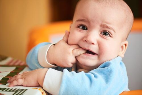 trẻ biếng ăn khi mọc răng