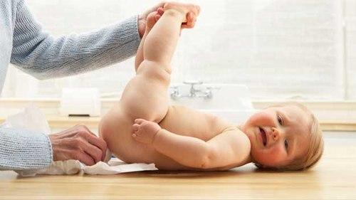 trẻ sơ sinh bú sữa mẹ bị táo bón