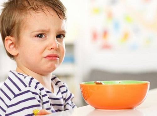 trẻ từ 12 đến 18 tháng tuổi biếng ăn