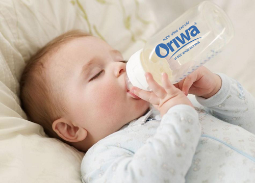 bù nước cho trẻ